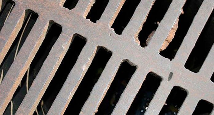 Manhole sump cover gutter